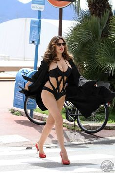 @Marianne Celino Johnson Kelly brook roaming around in bikini 1