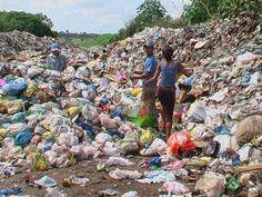 Catadores de Lixo no Brasil e Importância | Reciclagem no Brasil Chile, Hiking Boots, Dolores Park, Travel, Systems Of Human Body, Ideas, Faces, Pictures, Viajes