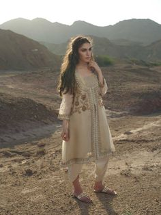 Pakistani Formal Dresses, Pakistani Fashion Casual, Pakistani Wedding Outfits, Indian Bridal Outfits, Indian Party Wear, Pakistani Dress Design, Indian Designer Outfits, Indian Fashion, Wedding Dresses