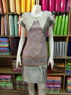 Unique Dresses, Simple Dresses, Dresses For Work, Batik Fashion, Fashion Sewing, Myanmar Traditional Dress, Traditional Dresses, Dress Pesta, Batik Dress