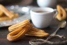 Churros a la madrileña o churro español. Los churros a la madrileña, también llamados churros españoles son unos churros finos que resultan ideales para los desayunos y meriendas. Los churros se pueden hacer en forma de tiras o en forma de lazo y es típico comerlos con chocolate a la taza o en anís.