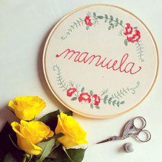 Mais uma encomenda foi para a maternidade aguardar o nascimento da Manuela, aqui em Essepê #clubedobordado #embroidery #handmade #handembroidery #bordado #feitoamão #flowembroidery #scissor #flowers #maternity #sp #brasil