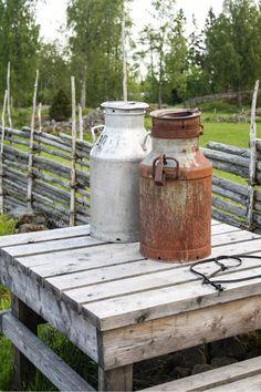 Die Milchkannen warten nur noch auf Michel aus Lönneberga, oder? http://www.travelworldonline.de/traveller/ein-hauch-von-bullerbue-und-loenneberga-in-asens/?utm_content=buffer46e55&utm_medium=social&utm_source=pinterest.com&utm_campaign=buffer ... #schweden #sweden