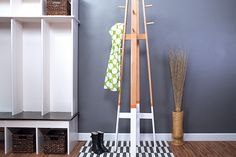 Not everyone has space for a mudroom, but everyone does need a place to hang things when they come in the door. With this coat rack, you'll get… Woodworking Blueprints, Woodworking Books, Woodworking Patterns, Woodworking Christmas Gifts, Tv Stand Plans, Coat Tree, Diy Wood Projects, Wood Crafts, Floor Space