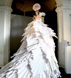 http://1.bp.blogspot.com/_SGBSXgrLbn0/S_y-cHKe83I/AAAAAAAAAMQ/njIVBAEDk8o/s640/zoebradley-paper-dress.png