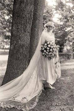 Fizemos uma super pesquisa e encontramos fotos de noivas do passado, com seus vestidos lindos e um estilo arrasador. Vem cá se inspirar nas décadas passadas!