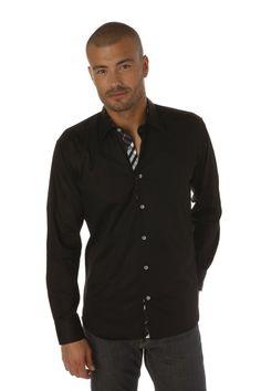 Chemise homme noire trouvant sa particularité dans les boutons blancs contrastant sur la patte de boutonnage au tissu madras noir.
