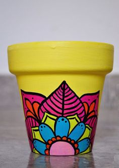 Macetas pintadas a mano/ hand painted flowerpots Flower Pot Art, Flower Pot Design, Flower Pot Crafts, Clay Pot Crafts, Diy And Crafts, Painted Plant Pots, Painted Flower Pots, Pottery Painting Designs, Posca
