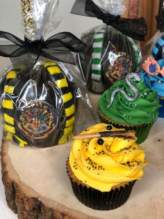 #hufflepuffcupcakes #slytherincupcakes #hogwartscupcaketoppers Slytherin, Cupcakes, Chocolate Covered, Caramel Apples, Baking, Desserts, Food, Chocolate Frosting, Tailgate Desserts