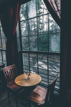 Aaron M Fotos – Rustikaler Charme – - Grace Haus Window View, Cafe Window, Through The Window, Cozy Place, Hygge, Aesthetic Pictures, Aesthetic Wallpapers, Interior And Exterior, Interior Design