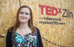 Chodila na vsetínské gymnázium, pak vystudovala farmacii v Brně, a když se Zuzana Holubcová rozhodla udělat si doktorát, zaujalo ji téma genetické nestability embryonálních kmenových buněk. Jako první na světě tak zjistila, co se děje uvnitř lidského vajíčka před oplodněním