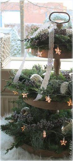 Sfeerplaatje: etagere met kerstgroen en denneappels More