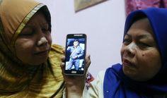 """'Eqiey' meninggal dua bulan selepas bapa   KOTA BHARU: """"Saya tak sangka adik saya turut pergi meninggalkan kami selepas dua bulan bapa meninggal dunia""""  """"Malah rupa adik saya dengan bapa cukup seiras namun mereka berdua sudah tiada"""" luah Nik Noorliliwati Nik Mat 44 kakak sulung kepada Nik Mohd Baihaqy Nik Mat 44 anggota Tentera Laut Diraja Malaysia (TLDM) yang meninggal dunia di Bilik Tahanan Unit Sungai Wangi Sitiawan Perak pada jam 3. 15 petang semalam.  Katanya mereka sekeluarga yang…"""