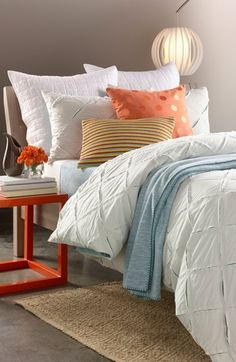 Gorgeous white linens with pretty pops of soft blue & orange. Absolutely loving this look!