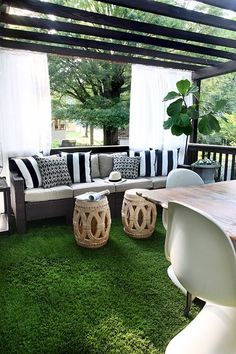 Kristin Jackson of The Hunted Interior covered her deck in artificial grass. It's very low maintenance, it's delightful to walk on, and it looks terrific. Fake Grass Rug, Artificial Grass Rug, Outdoor Rooms, Outdoor Living, Outdoor Furniture Sets, Outdoor Decor, Outdoor Photos, Built In Grill, Outdoor Kitchen Design