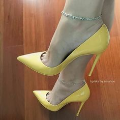 La vita è bella - Pointed toe pumps. Tacchi Close-Up Pointed Toe Heels, Stiletto Shoes, High Heel Pumps, Pumps Heels, Yellow Heels, Lady, Beautiful High Heels, Nylons Heels, Killer Heels