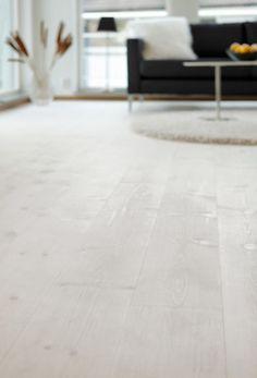 Massiva Trägolv Siljan Tradition Romance Furu 30x187 mm, Plank Skimmer i vitt ROMANCE är som en smekning åt bara fötter. Den mjuka ytan kommer av olja och vax och skyddar även mot smuts och damm. ROMANCE skimrar i vitt och bidrar till ljus och rymd eller till trevliga kontraster. Rätt skött håller ROMANCE i generationer, genom vardag och fest. Passar dessutom utmärkt tillsammans med golvvärme.