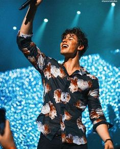 Shawn in black shirt with magenta flowers 💕 Shawn Mendes Lindo, Shawn Mendes Cute, Fangirl, Babe, Mendes Army, My Boyfriend, Pretty Boys, Cute Guys, Future Husband