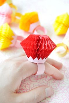 DIY Honeycomb Rings make great conversation pieces and fun crafts at your child's party! Craft Party, Diy Party, Party Ideas, Diy Home Decor Projects, Craft Projects, Diy Para A Casa, Honeycomb Decorations, Diy Bachelorette Party, Decor Inspiration