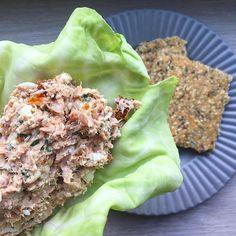 Se det här fotot av @sundmedmere på Instagram • Kålwrap med hjemmelavet tunsalat og et par stykker knækbrød ved siden af. Opskrift på tunsalat: 1 dåse tun findeles og blandes med 2 spsk mayo, 2 spsk hytteost, et par finthakkede soltørrede tomater, 1 halvt finthakket løg, salt, peber og lidt citronsaft. Smag til. Smør tunsalat på et lad fra en spidskål, rul den sammen og spis. ☺ Tonfisksallad