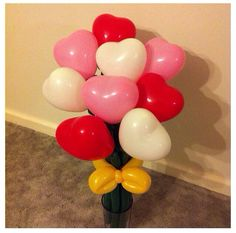 """Precioso ramo de flores-corazones hecho de globoflexia. Un buen regalo para tu chica en San Valentín.   Para los corazones necesitarás el surtido de globos Q6 """"Love"""" de Qualatex (que tiene corazones rojos, rosas y blancos) Ten en cuenta que deben tener esa medida, unos 15 cm de diámetro, si no serán demasiado grandes.   Para los tallos y el lazo necesitarás globos alargados (260Q Qualatex).   Buena suerte con el proyecto ¡Seguro que le gusta!"""