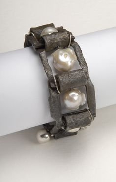 Willem Heyneker is a contemporary jeweller, artist and pilot based in Perth, Western Australia.