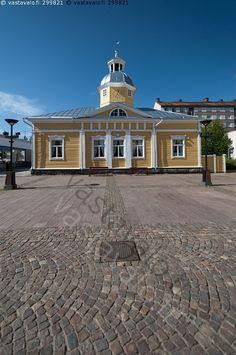 Kajaani raatihuone ja raatihuoneentori - Empiretyyli Carl Ludvig Engel  1831 Wooden Houses, Little Brown, Old Town, All Over The World, Finland, Mansions, Country, House Styles, City