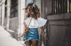 La minifalda vaquera es uno de esos básicos que se estrenan cada temporada con mayor o menor fuerza,... - ELLE.es