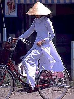 Expensive looking bike. Le Vietnam, Vietnam Voyage, Saigon Vietnam, Vietnam Girl, Vietnam Veterans, Vietnam Travel, Hanoi, Indochine, Cool Bicycles