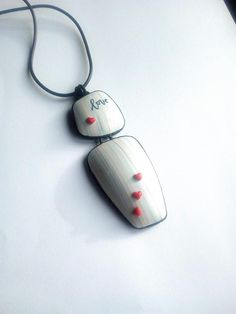Pendentif en polymère type fimo. couleurs pastel et cœurs