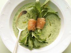 Rucolacremesuppe mit Räucherlachsrollen ist ein Rezept mit frischen Zutaten aus der Kategorie Meerwasserfisch. Probieren Sie dieses und weitere Rezepte von EAT SMARTER!