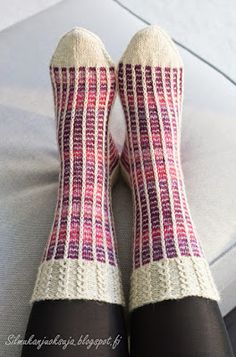 Silmukanjuoksuja: Rivinousua violetilla Easy Knitting Patterns, Knitting Designs, Wool Socks, Knitting Socks, Knit Art, Knit Basket, Fabric Yarn, Couture, Mittens