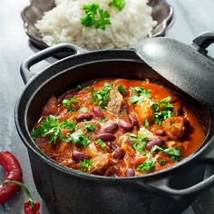 Meksikolainen liha-papupata on helppo valmistaa. Malta kuitenkin kypsentää pataa tarvittavan kauan, jotta liha kypsyy mureaksi. Tuore korianteri kruunaa padan, joten älä unohda sitä!