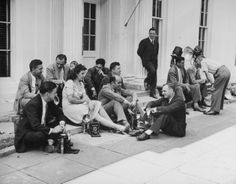 Reporters wait outside the White House for news of Japan's surrender, 1945 - LIFE