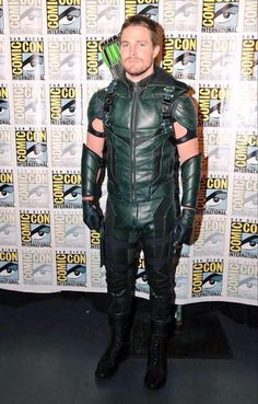 Stephen Amell dressed in the new Green Arrow suit at for Warner Bros. Television Night of DC Entertainment Arrow Cosplay, Arrow Costume, Stephen Amell Arrow, Arrow Oliver, Dc Comics, Arrow Tv Series, The Cw Shows, Team Arrow, Black Lightning