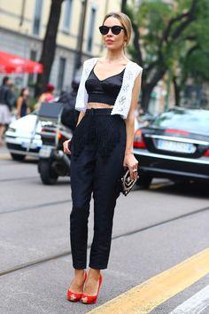 Crop top lencero negro y pantalón negro de Ulyana Sergeenko
