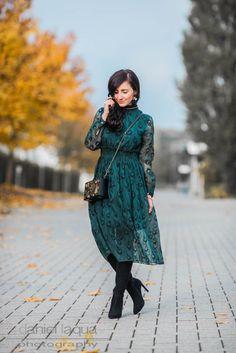 Outfit Midikleid smaragdrün emerald Peacockdesign und Overknees | Julies Dresscode | #ootd #fashionblogger #juliesdresscode