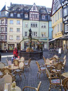 Street cafe in Marktplatz, Cochem, Rhine Valley, Germany (by mitko_denev).
