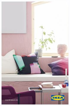 Tra le nostre oltre 240 novità, scopri la coloratissima fodera per cuscino KLOCKRANKA, l'innovativa lampada da tavolo SYMFONISK con cassa Wi-Fi, la struttura letto contenitore SLÄKT e l'anta VOXTORP: soluzioni dal look distintivo e dalle linee pulite, per dare a ogni ambiente della tua casa un tocco di design. Floor Chair, Ideal Home, Dorm, New Homes, Wi Fi, Interior Design, Bedroom, House Styles, Furniture