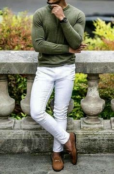 With autumn just around the corner this stunning men's outfit is sure to be a winner. Get from Giorgenti New York custom made white pants or jeans with a olive green cashmere sweater! Semi Casual Outfit, Casual Wear For Men, Style Casual, Casual Fall Outfits, Smart Casual, Mens Fashion Quotes, Man Dressing Style, Men With Street Style, Moda Casual