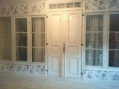 Gamla fönster och dörrar kan definitivt användas för att bygga garderob. Kreativt, snyggt och läckert! Källa: Facebook / Grupp: Återbruka mera!