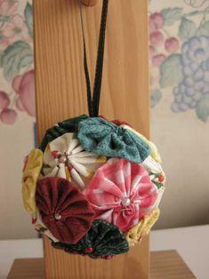 bola de yo-yos de tela y perlas