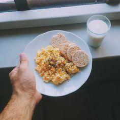 Café da manhã hoje foi assim com omelete com chia bolachinhas de arroz da Camil e um copo de leite desnatado. Fazia tempo que não bebia leite.  Tem sido ótimo esse início de ano com todos esses exercícios e mantendo bem a alimentação. Esse desafio saudável de tentar fazer o máximo de dias consecutivos tem me dado muita motivação. Mais tarde tem treino de novo :) Como foi essa primeira semana de vocês?