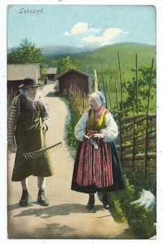 Leksand Gubbe och gumma i folkdräkt på landsväg Hus Kolorerat pg 1909 KV 7