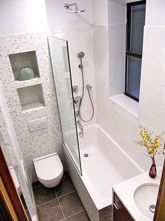 01 banheiro pequeno com banheira e pastilhas