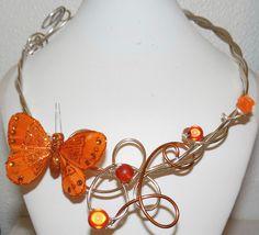 Collier en fil aluminium et son papillon orange : Collier par fantaisyum-bijoux