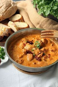 Chicken fillets in tomato cream cheese sauce-Hähnchenfilets in Tomaten-Frischkäse-Soße Chicken fillets in tomato cream cheese sauce Miss Sommerfeld - Easy Dinner Recipes, Soup Recipes, Cooking Recipes, Healthy Recipes, Cream Cheese Sauce, Cheese Soup, Chicken Breast Fillet, Low Carb Chicken Recipes, Food Inspiration