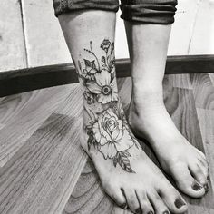 47 Cutest Foot tattoos first tempt Foot tattoos first tempt Tattoos aren't for men alone. Today, girl's foot tattoo designs are also becoming more and more popular. The foot is definite. Hand Tattoos, Foot Tattoos Girls, Cute Foot Tattoos, Ankle Tattoos For Women, Pretty Tattoos, Tattoo Girls, Body Art Tattoos, Sleeve Tattoos, Anklet Tattoos