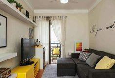 Boa tarde! Que tal essa sala de estar pequena com predominância das cores amarelo e preto? Simples, mas os acessórios modernos e coloridos fizeram toda a diferença.  CasaPRO #blogmeuminiape #meuminiape #apartamentospequenos #inspiração #saladeestar #salapequena #decoração