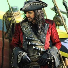 """The return of Blackbeard in """"Fall"""". His jacket reminds me of Hook's red vest. Pirate Jacket, Pirate Garb, Pirate Costumes, Long John Silver, Character Inspiration, Character Design, Pirate Adventure, Space Pirate, Black Sails"""